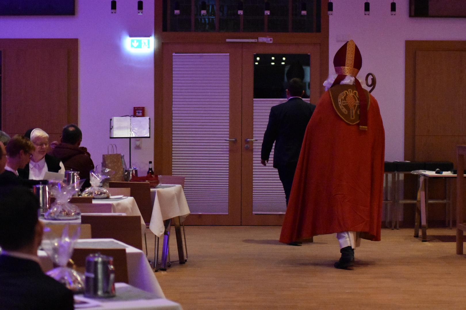 Der Nikolaus besucht uns im Priesterseminar.